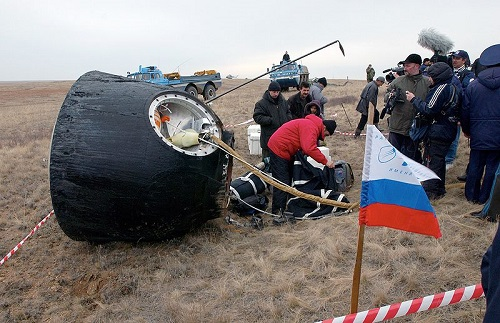 800px-Soyuz_TMA-2_after_landing (1)